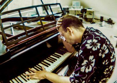 … das er ebenso virtuos beherrschte wie Klavier und Schlagzeug.