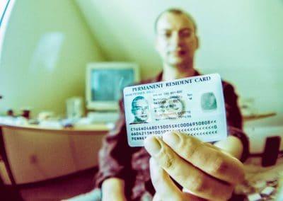 In der »Diversity Visa Lottery« konnte Willi die begehrte Greencard ergattern, die den Inhaber berechtigt, sich in den USA aufzuhalten und dort zu arbeiten.